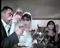 Sposi bere brindisi